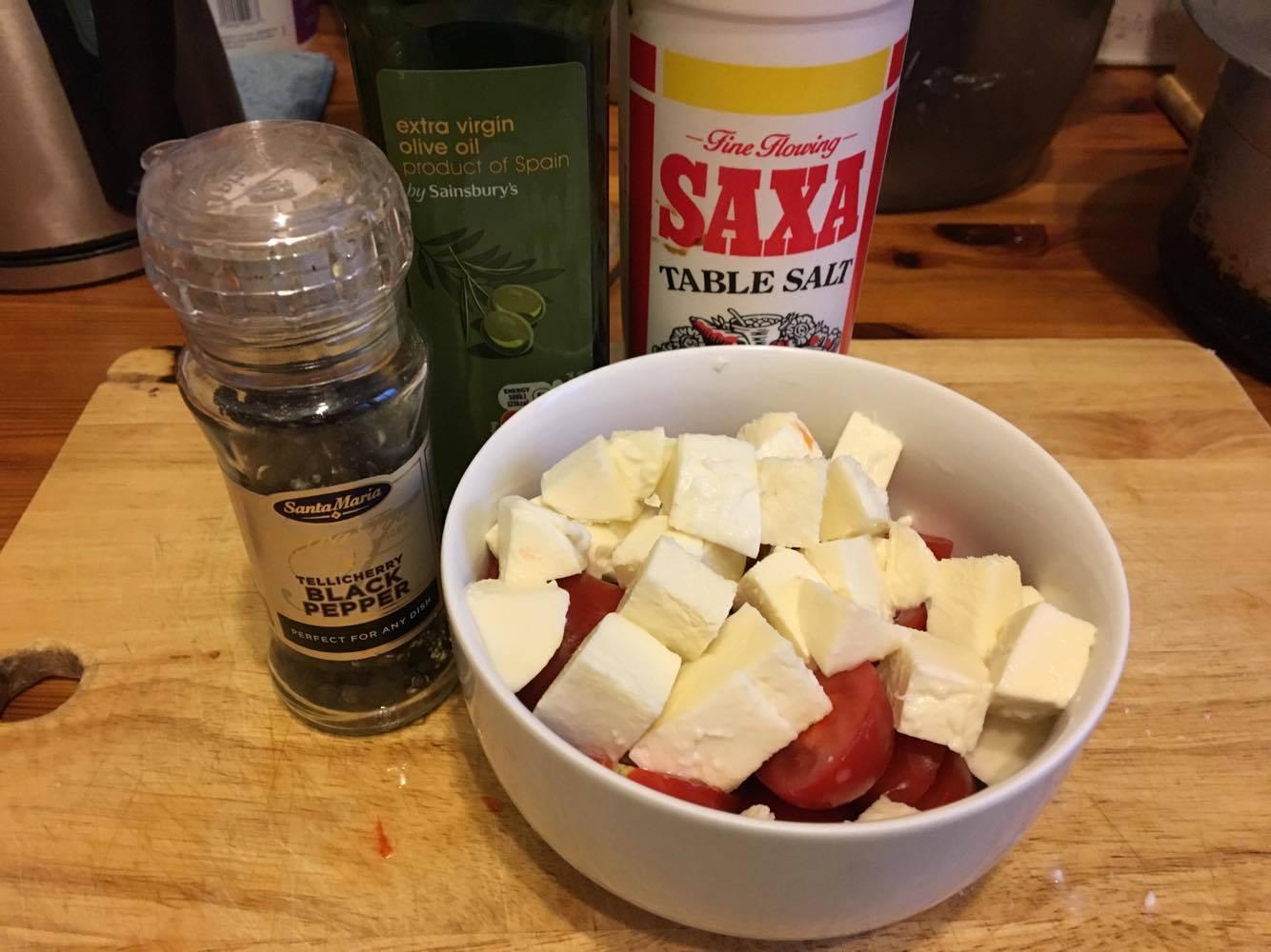 3.トマトは半分に、チーズは半分に切ったあとさいの目に切る