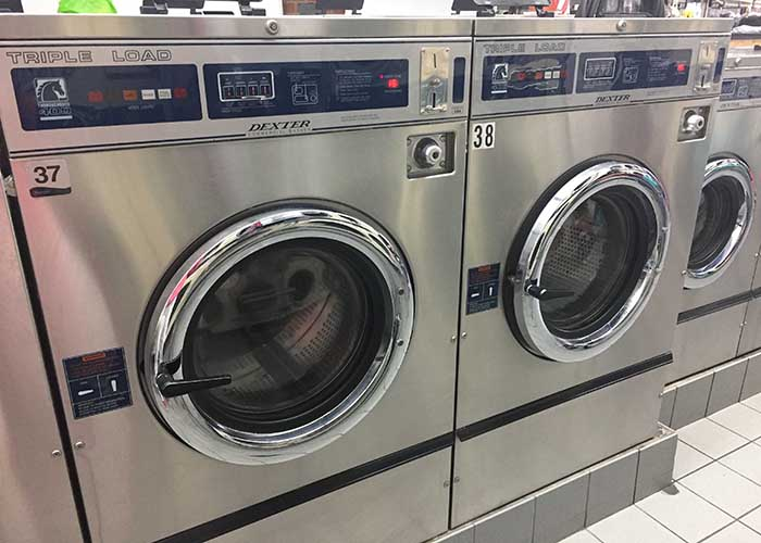 ニューヨークのランドリー「Golden 44 Laundromat」の洗濯機の写真(700×500)