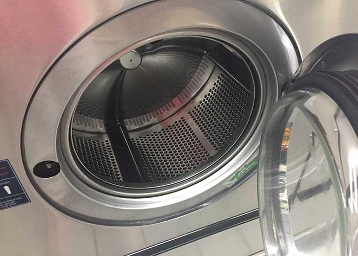 ニューヨークのランドリー「Golden 44 Laundromat」の洗濯機の差し込み口(700×500)