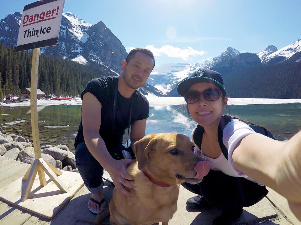 カナダワーホリ中にLake Luiseにて。夫婦で犬を連れてワーホリへ!