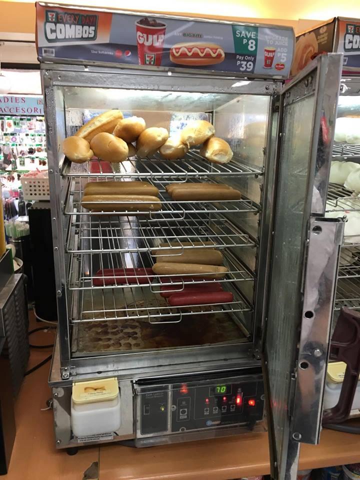 開けるとパンとソーセージ