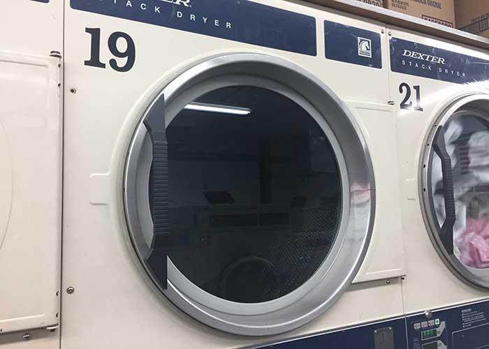 ニューヨークのランドリー「Golden 44 Laundromat」の乾燥機の写真