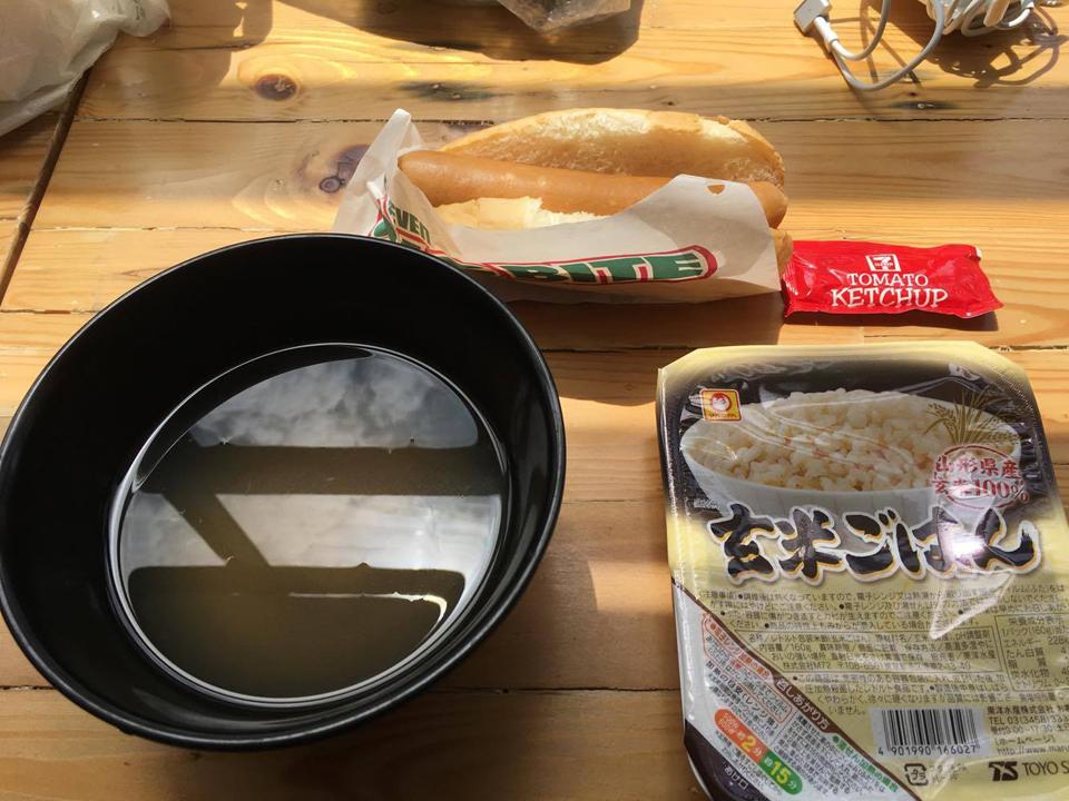 電子レンジで作ったご飯と給水機のお湯で作ったみそ汁。ホットドックはセブンイレブンで買ってきました。