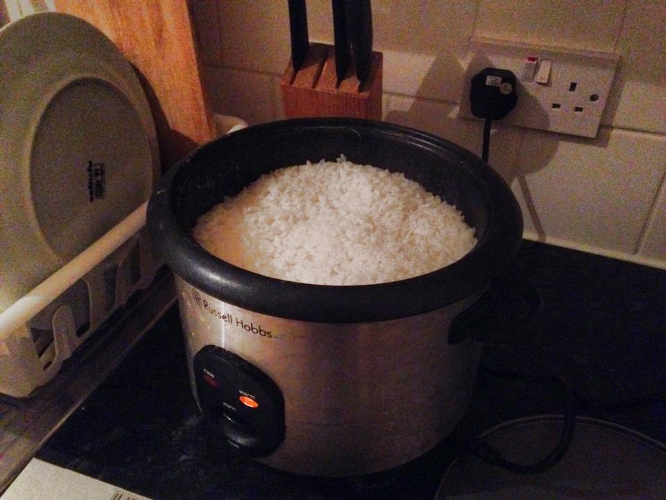 炊飯器。前の家は日本のやつとほぼ一緒だったのですが、これは明らかに業務用で苦戦しました・・