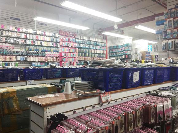売り場に並ぶ大量のスマートフォンケース
